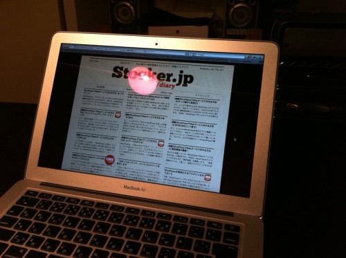 MacBook Air に照明の光を当てた状態