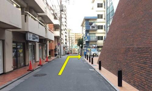 脇道に入って、最初の角を右折します。